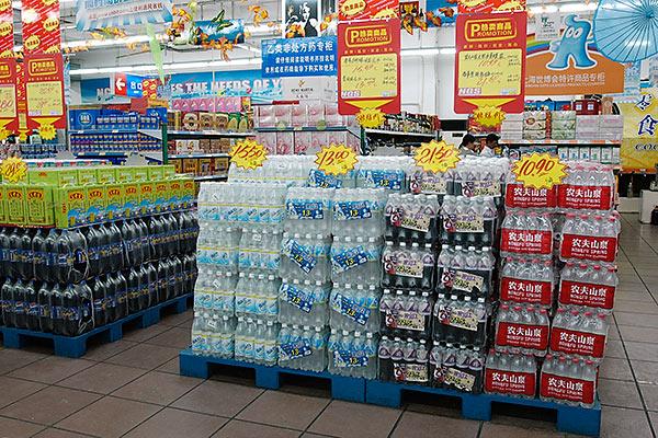 超市酒水地堆陈列 超市陈列图片 超市酒饮陈列造型图片