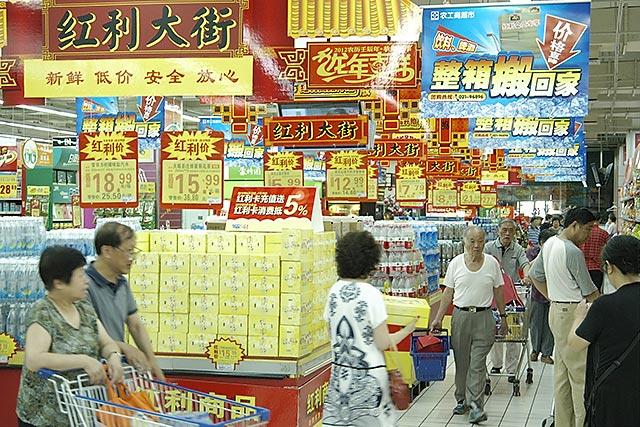 青岛啤酒罐装堆头创意陈列图片